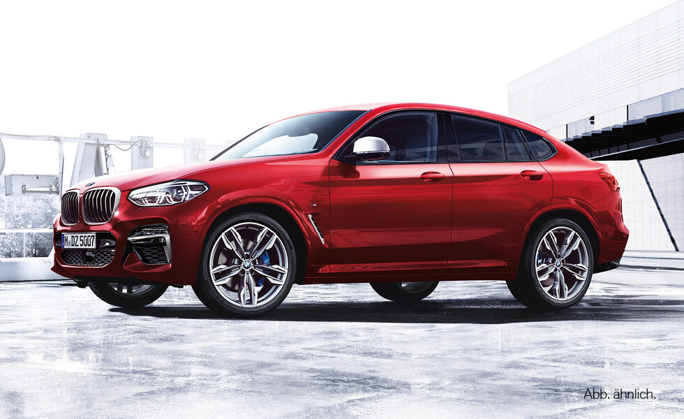 parkender roter BMW X4